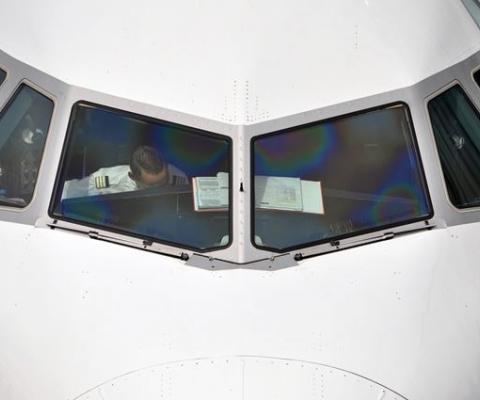 에어부산 항공기는 왜 하루 이상 지연됐나?(윈드실드 교체)