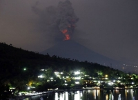화산재 분출, 발리공항 폐쇄 연장.. 6만여 관광객 발 묶여