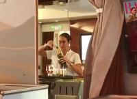 와인 다시 병에 담는 에미레이트항공 승무원