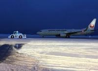 공항에 등장한 성탄절 눈썰매? 견인차량 일루미네이션