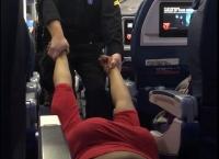 항공기에서 질질 끌려나가는 여성 승객
