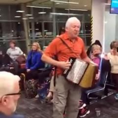 비행기 지연되면서 벌어진 놀라운 것 - 흥겨운 노래와 춤