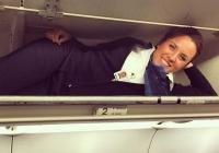 비행기 짐 선반에 들어간 승무원들 (사진)